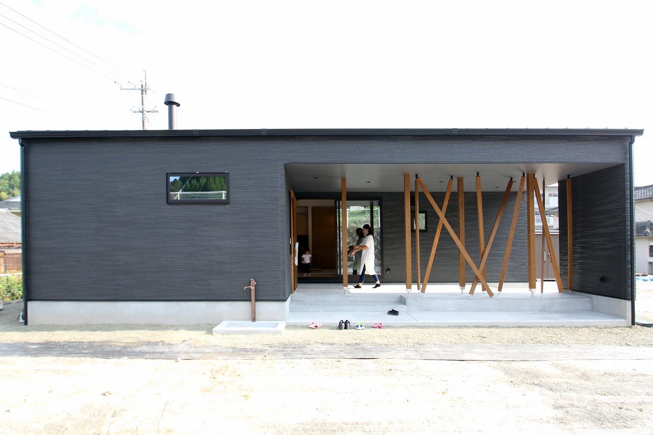 暖炉と木格子の家